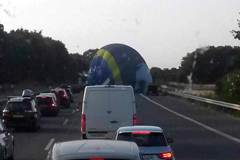 Awaryjne lądowanie balonu na autostradzie w Niemczech w Noordrijn-Westfalen.
